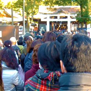 正月の武田神社に並ぶ人
